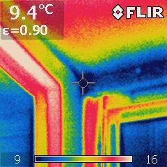 Auf dieser thermografischen Aufnahme kann man gut Kältebrücke erkennen.